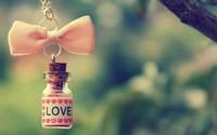 аватары: Бутылочка с каплями любви на цепочке с бантом