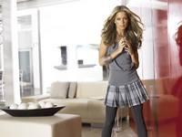 аватары: в гостинной стоит в серое одета девушка