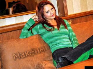 обои Сидящая певица Максим фото