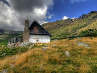 обои Горы и небольшое строение фото