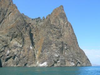 обои Скалы уходят в море фото