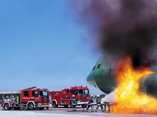 обои Пожарные - горит самолет фото