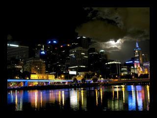 обои Ночной город у воды фото