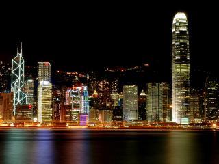 обои Ночной город на берегу моря фото