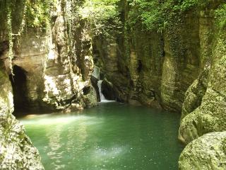 обои Озеро с водопадом фото