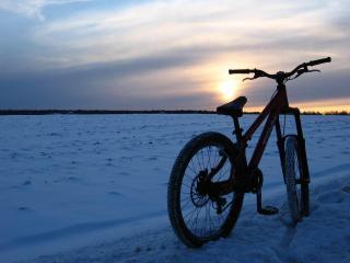 обои Байк на снежном поле фото