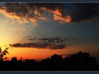 обои Разрезание облаков лучами солнца фото