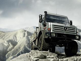 обои Mercedes-Benz Unimog в горах фото