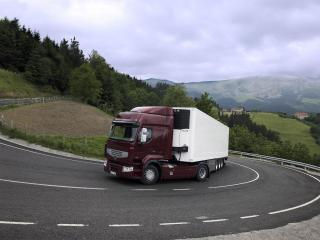 обои Renault Premium на горной дороге фото