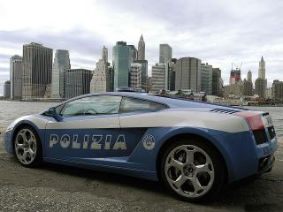 обои Полицейский Ламборджини на фоне города фото