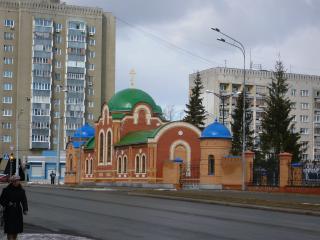 обои Церковь среди домов фото
