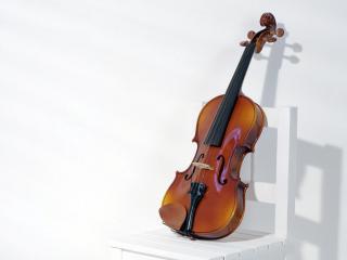 обои Скрипка на стуле фото