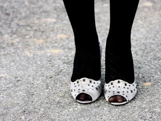 обои Белые туфли - чёрные носки фото