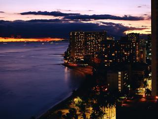 обои Ночной город на побережье фото