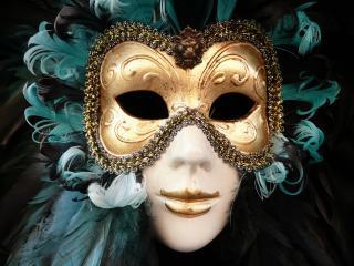 обои Веницианская маска с золотом и перьями фото