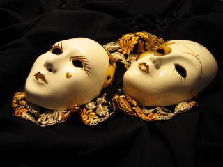 обои Белые маски тишины и молчания фото