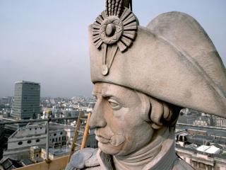 обои Статуя полководца над городом фото
