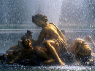 обои Статуя золотого мальчика в фонтане фото