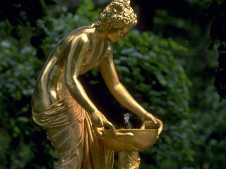 обои Золотая статуя Афродиы над чашей фото