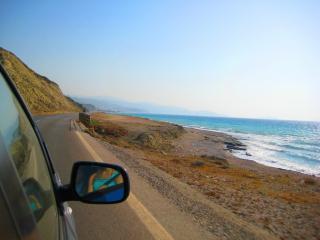 обои Дорога вдоль моря и гор фото