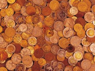 обои Рабочий стол, засыпанный бронзовыми монетами фото
