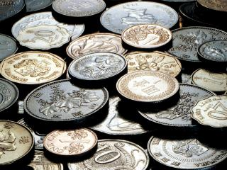 обои Бледно-тёмные монеты в свете лампы под углом фото