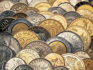 обои Стройные ряды разномастных монет фото