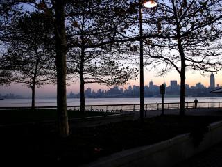 обои Рассвет в парке рядом с рекой фото