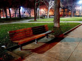 обои Деревянная скамейка в ночном, пустом парке фото