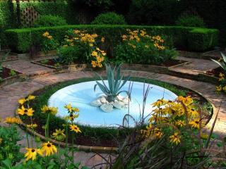 обои Бирюзовый фонтан среди ухоженного сада фото