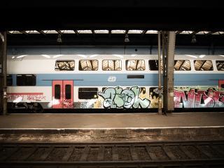 обои Разрисованная электричка в Праге фото