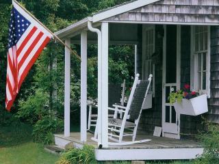 обои Флаг США, висящий на веранде дома фото