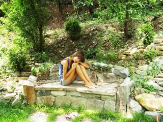 обои Милая девушка в саду фото