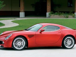 обои Alfa Romeo 8C Competizione 2007–08 у красивого дома фото