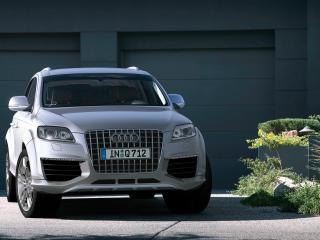 обои Audi Q7 у гаража фото