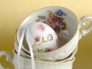 обои Расписаное яйцо и чашка в цветах фото