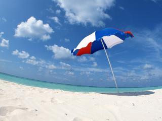 обои Одинокий зонт на пляже фото