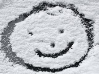 обои Смайлик на припорошенном снегом окне машины фото