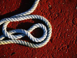 обои Толстая верёвка на красном камне фото