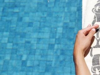 обои для рабочего стола: Расслабуха на полотенце рядом с бассейном