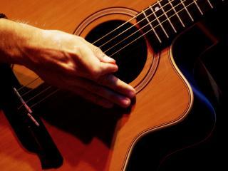 обои Изгиб гитары жёлтой обнимаю нежно фото
