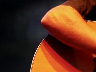 обои Под аккомпонимент гитары жёлтой фото