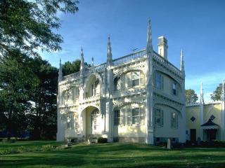 обои Красивый дом в кружевной лепнине фото