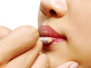 обои Нанесение макияжа - Обводка губ карандашом фото