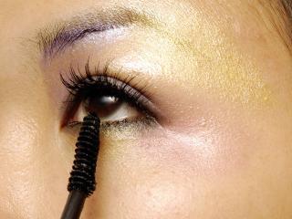 обои Нанесение макияжа - Красим ресницы тушью фото