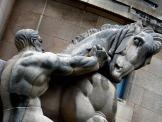 обои Скульптура - человек и могучий конь фото