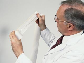 обои Доктор рассматривает диаграмму фото