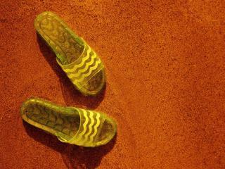 обои Тапочки на песке фото