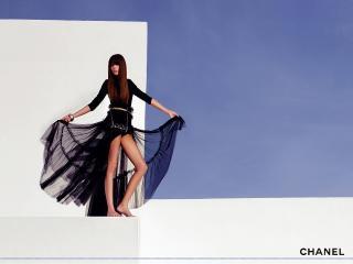 обои Бренд Шанель девушка в черном платье фото