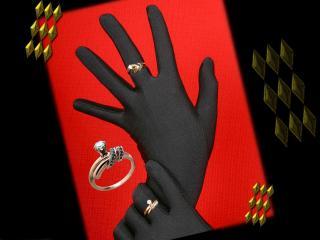 обои Кольца на черных перчатках фото